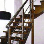 лестница с металлическим ограждением